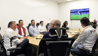 Meade ve el partido Pumas contra Chivas en oficinas de su campaña