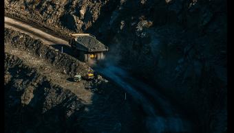 Casi mil trabajadores atrapados en una mina en Sudáfrica