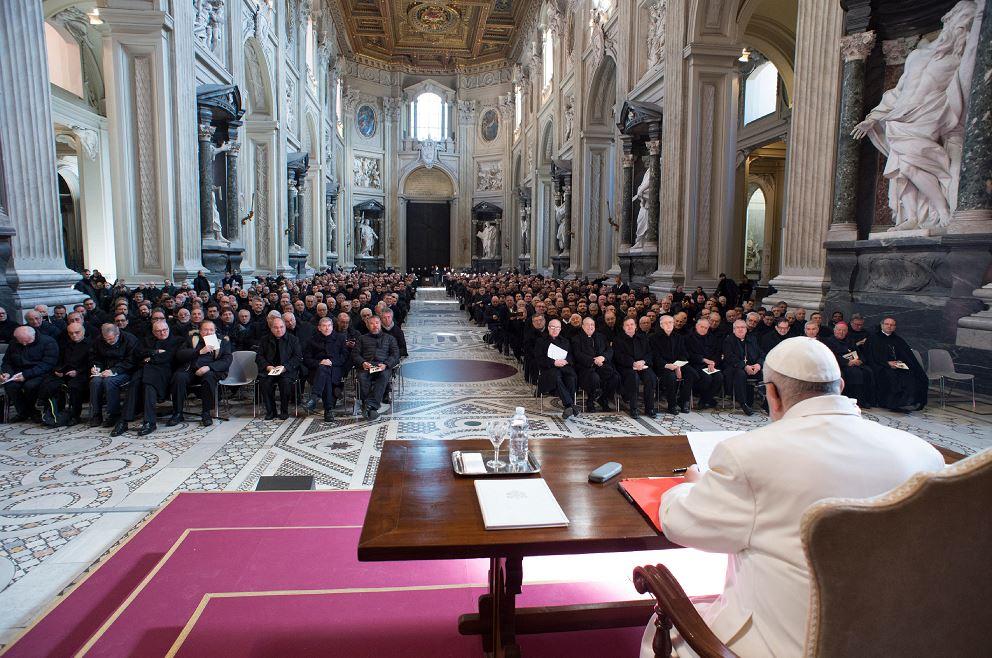 Papa publica documento que obliga a obispos a renunciar a 75 años