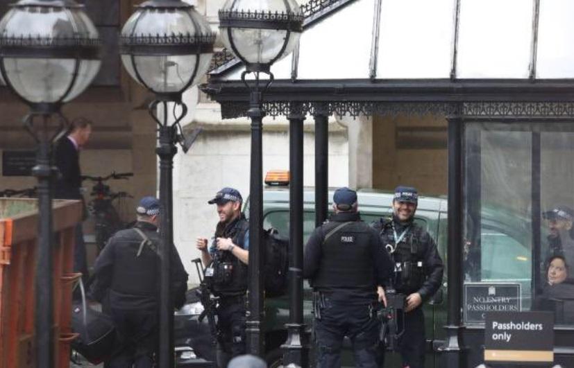 Paquete sospechoso desata temor en el Parlamento británico