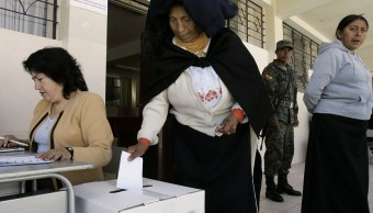 Ecuatorianos votan referéndum sobre reelección indefinida