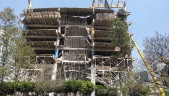 Se derrumba parte de un edificio en Ejército Nacional
