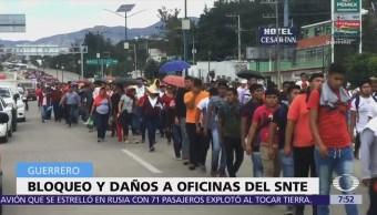 Se manifiestan integrantes de la CNTE en Chilpancingo, piden derogar la reforma educativa