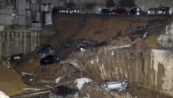 Socavón se traga varios autos en Roma; desalojan dos edificios