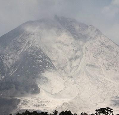 Erupción deforma boca de volcán en Indonesia