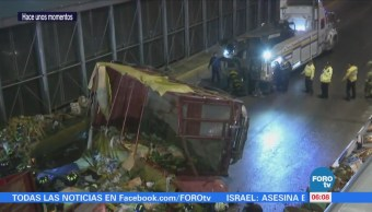 Vuelca camión tipo torton en carriles centrales de Circuito Interior