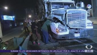 Vuelca camión torton en la autopista México-Cuernavaca
