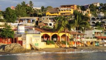 Turistas disfrutan vida nocturna en playas de Oaxaca