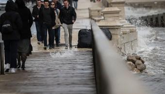 Alerta en Portugal por olas que podrían alcanzar hasta los 15 metros