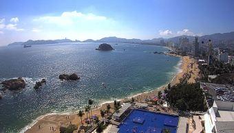 Turistas disfrutan segundo fin de semana largo en playas de Acapulco