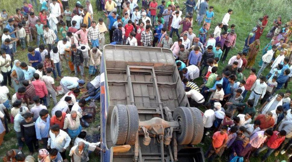 Autobús cae a río seco en la India; hay 12 muertos