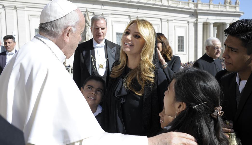 Angélica Rivera y niños del Hospital Infantil visitan al papa Francisco