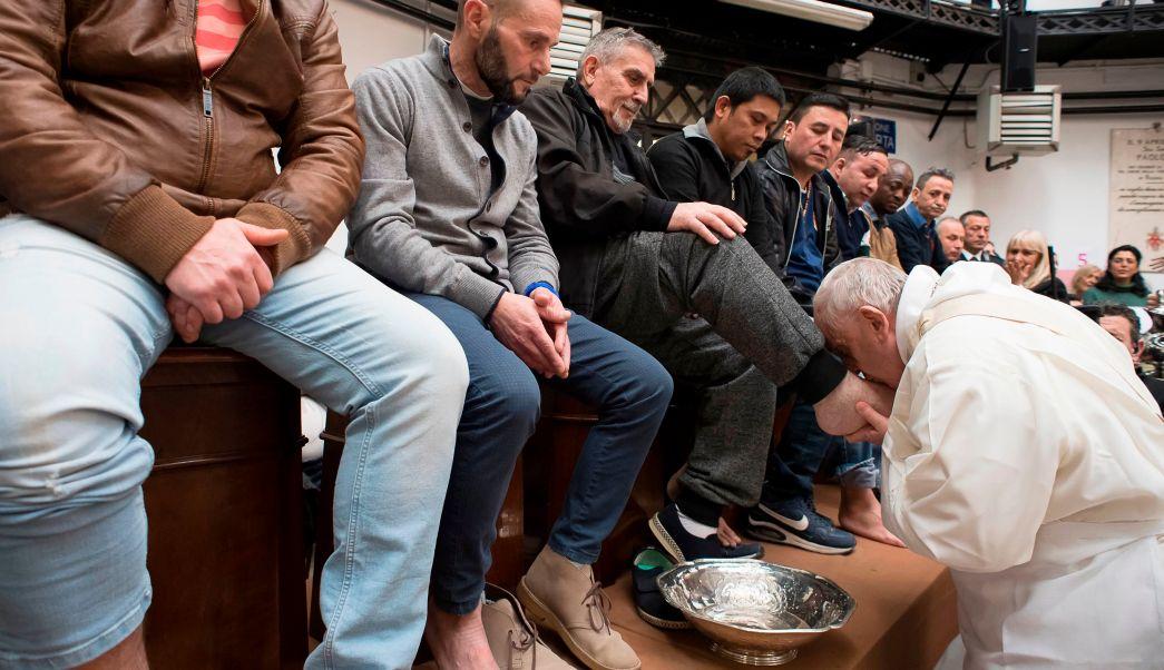 """Papa Francisco lava los pies a 12 reos de la prisión romana """"Regina Coeli"""""""