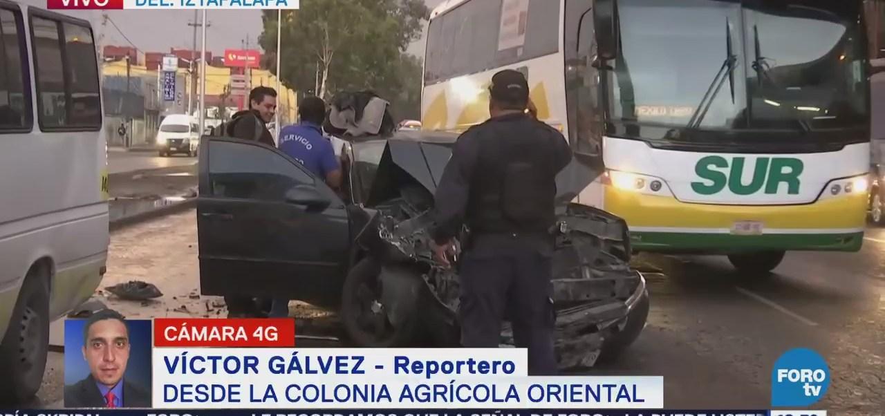 Auto particular se impacta en transporte público, en avenida Zaragoza