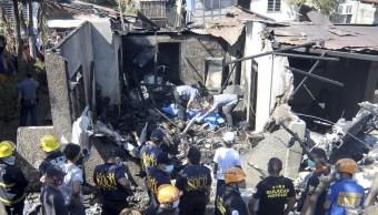 Mueren 10 personas al estrellarse un avión contra una casa en Filipinas