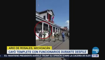 Cae templete durante desfile en Michoacán