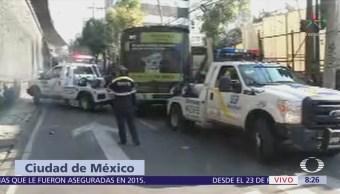 Camión se queda sin frenos en Periférico CDMX y choca contra auto