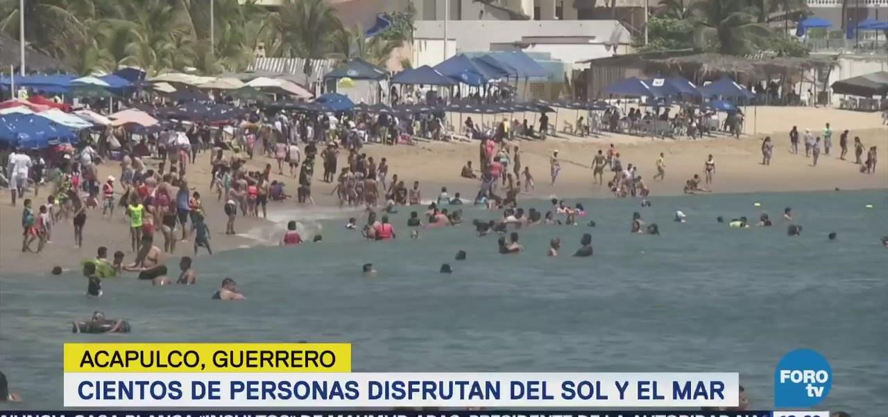 Turistas Disfrutan Altas Temperaturas Playas Acapulco