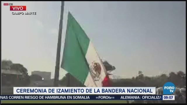 Ceremonia de izamiento de la bandera nacional en Campo Marte