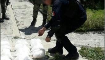 Aseguran droga abandonada en una camioneta en Michoacán