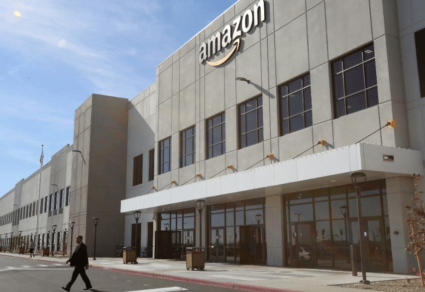 Trump fue con los tapones de punta contra Amazon