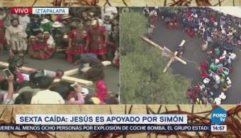 El cireneo ayuda a Jesús con el peso de la cruz