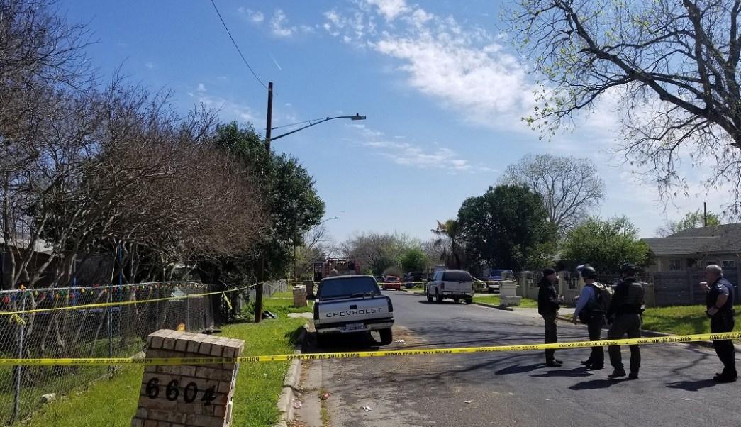 Paquete explosivo mata a un adolescente y lesiona a mujer en Texas