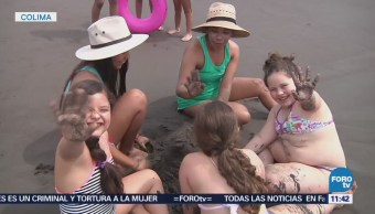 Familias y amigos se divierten en playas de Colima