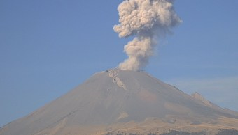 Volcán Popocatépetl emite dos fumarolas de más de mil metros de altura