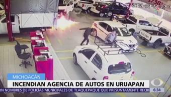 Hombres armados incendian agencia de autos en Uruapan