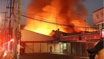 Controlan incendio en Mercado Hidalgo de la colonia Doctores, CDMX. (S. Servín/Noticieros Televisa)