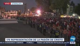 La gente espera el inicio de la representación de la Pasión de Cristo