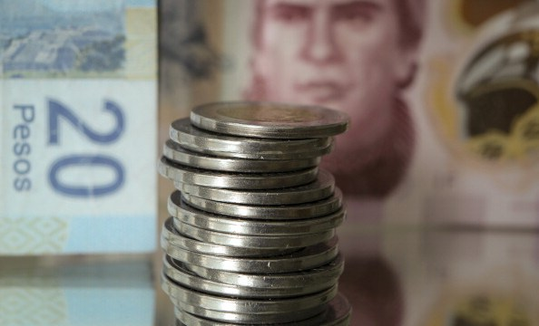 La moneda pierde en línea con emergentes