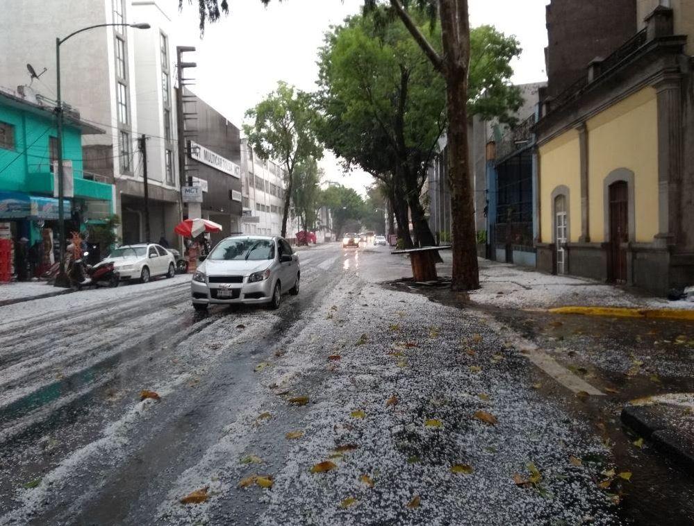 Cae intensa lluvia con granizo en la Ciudad de México