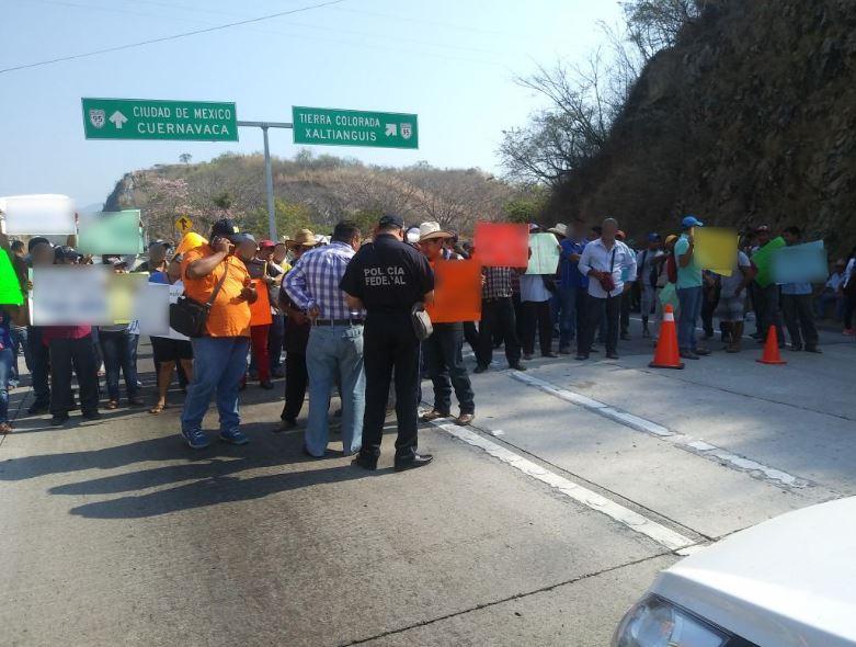 Manifestantes realizan cierre intermitente en Autopista Chilpancingo-Acapulco