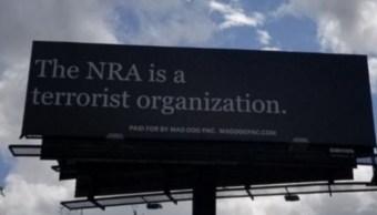 Aparece espectacular en Florida contra la Asociación Nacional del Rifle