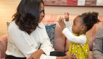 Michelle Obama se reúne con niña cautivada por retrato