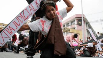 Filipinos arrastran cruces para criticar guerra antidroga de Duterte
