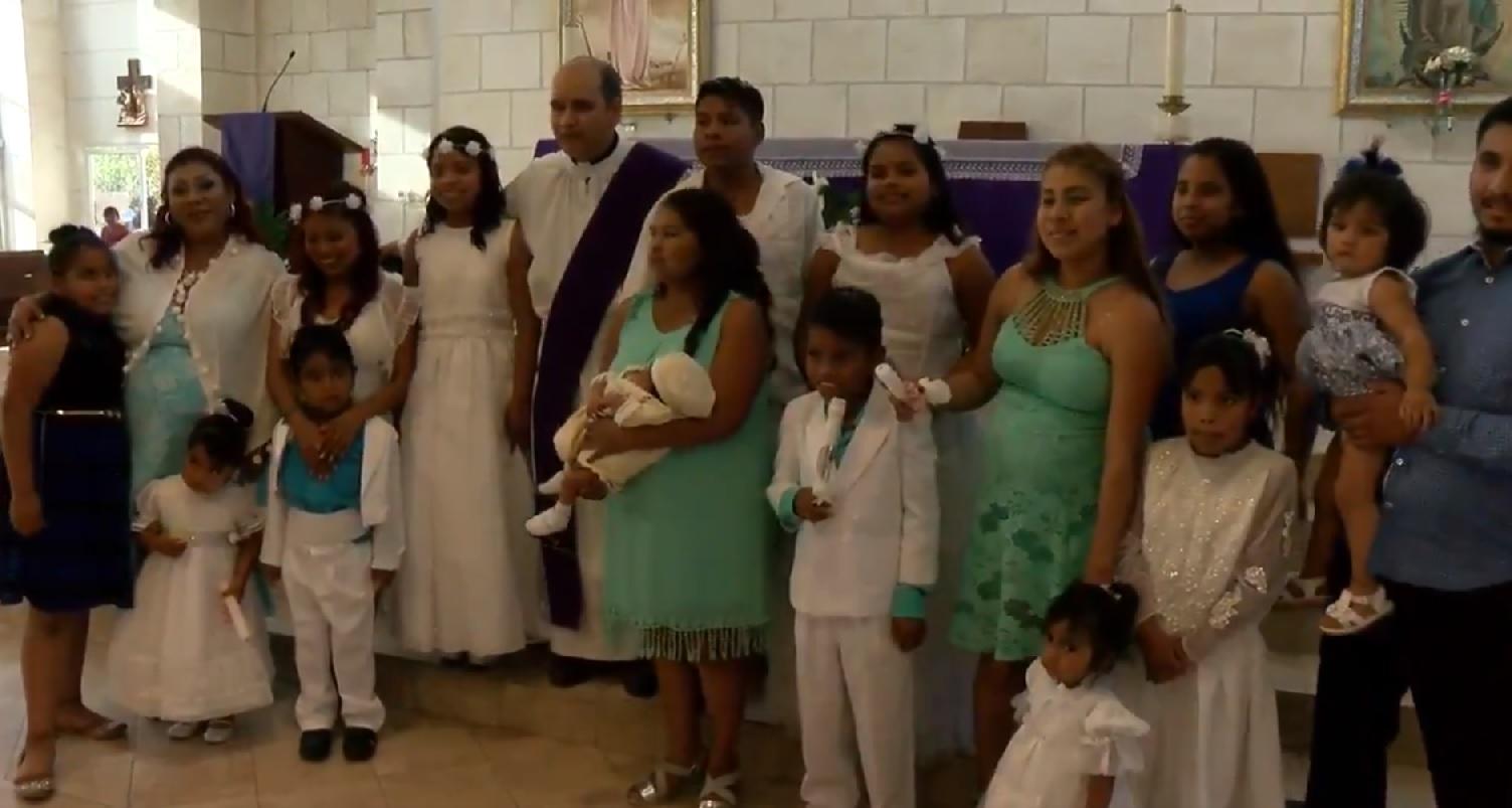 Mujer de 30 años lleva a bautizar a sus 10 hijos