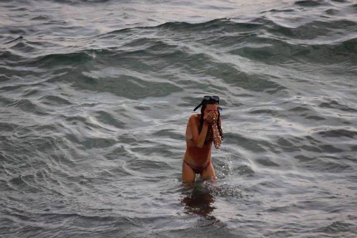 Mujer rusa dio a luz mientras nadaba en el Mar Rojo