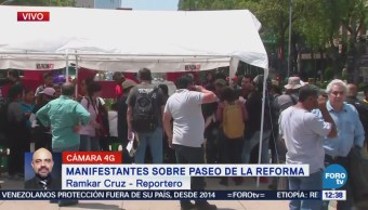 Padres de normalistas de Ayotzinapa desaparecidos se manifiestan en Reforma, CDMX