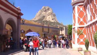 Cientos de turistas reciben la primavera en Peña de Bernal