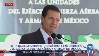 Peña Nieto entrega menciones honoríficas a soldados y marinos