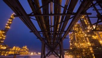 El petróleo baja por aumento del suministro de Estados Unidos