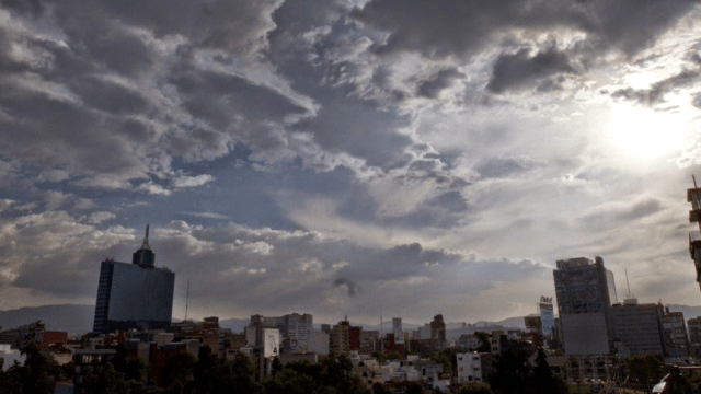 Prevén cielo medio nublado con chubascos en el Valle de México
