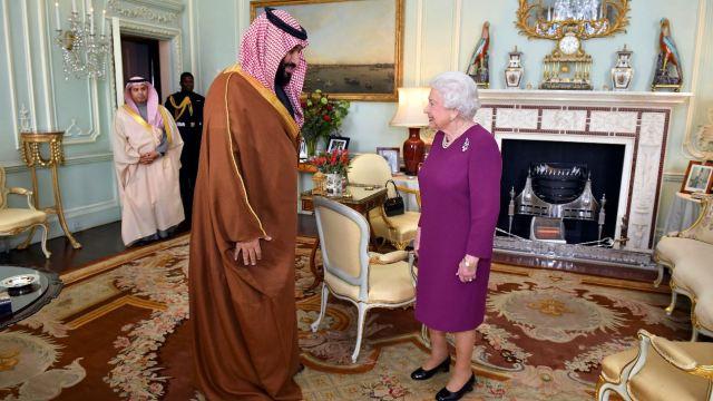 Reina Isabel II recibe al príncipe heredero saudí Mohammed bin Salman en Buckingham. (AP)