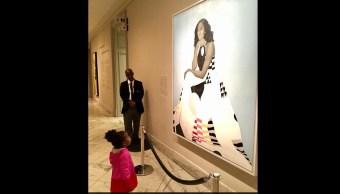 Retrato de Michelle Obama cautiva a niña de dos años; vuelve viral