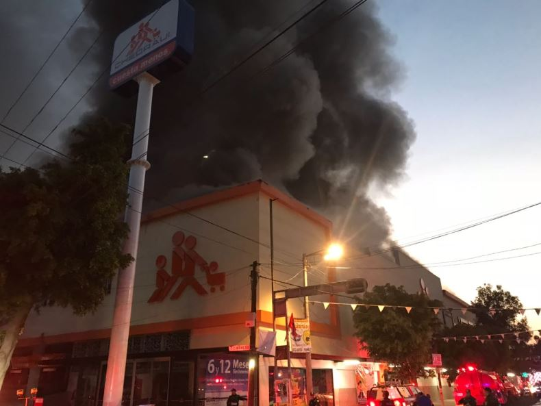 Fuerte incendio consume tienda Chedraui en Cdmx