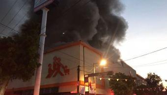 Se registra incendio en estacionamiento de supermercado