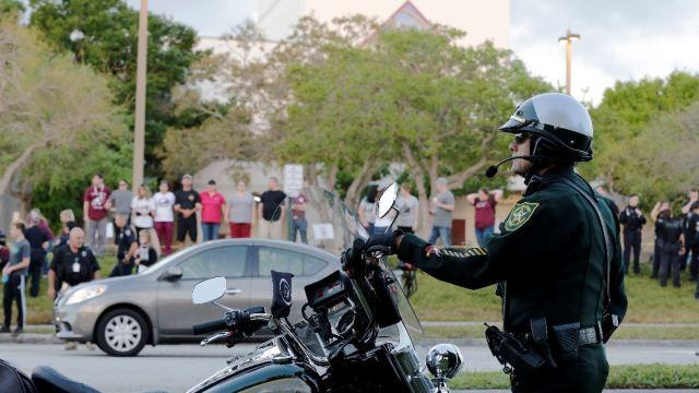 Suspenden a dos policías por acudir a tiroteo de Florida sin permiso. (Archivo/AP)